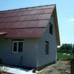 дом облицован кирпичем